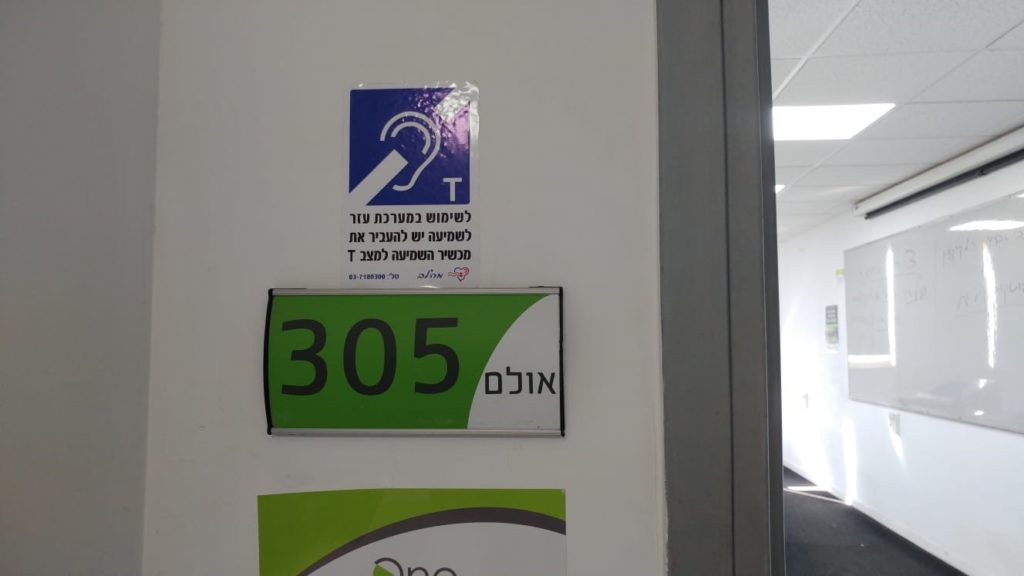 Notification sticker for students with hearing disabilities on accessible lecturer hall.